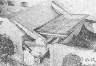 左侧为皇帝棺椁,右侧敞口为皇后棺椁,皇后椁盖倾侧在皇帝椁盖上