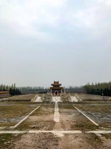 惠陵前没有神道。