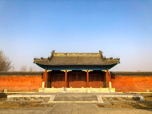 弘时的阿哥园寝采用灰色布瓦盖顶。